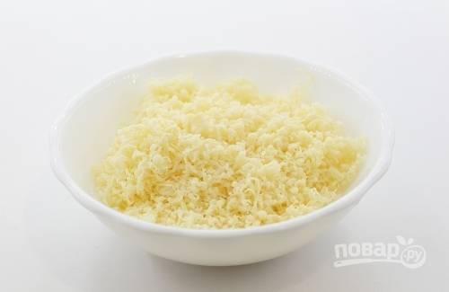 Твёрдый сыр натрите на самой мелкой тёрке.