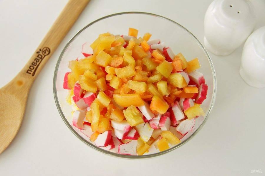 У перца удалите семенную коробку, нарежьте кубиками и добавьте к остальным ингредиенты.