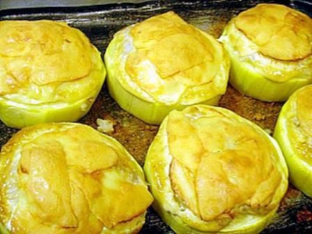 5. Выпекаем в хорошо разогретой духовке, а перед подачей посыпьте зеленью. Вот такое простое, но весьма вкусное блюдо.