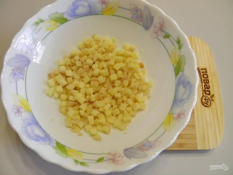 Картофель порежьте мелкими кубиками.