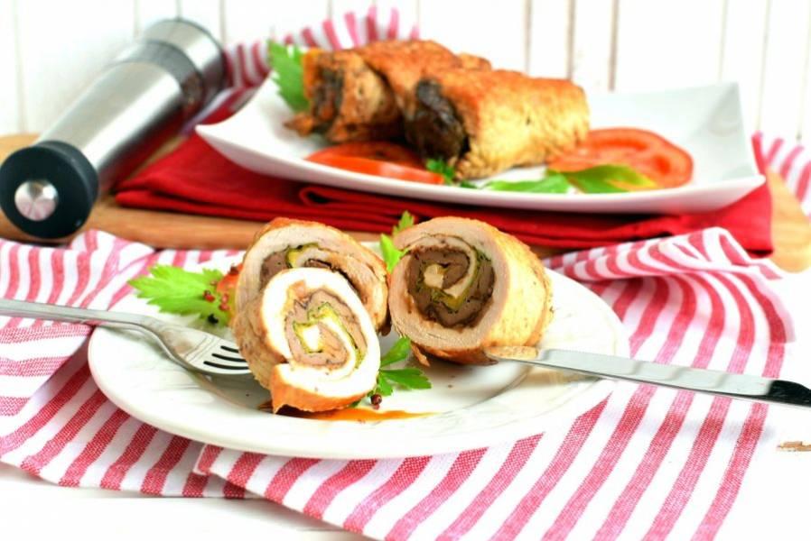 Сразу же подавайте со свежими овощами, удалив зубочистки. Холодными рулеты тоже вкусны и  отлично режутся тонкими ломтиками.