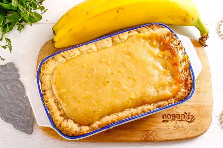 Как только тесто запечется, а крем покроется румяной корочкой — извлеките пирог из духовки. Помните, что крем останется в середине жидковатым, поэтому десерт нужно обязательно охладить!