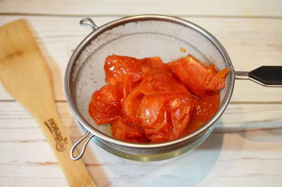 4. Охладите и протрите помидоры через сито. Разлейте по стерилизованным банкам-бутылкам. Стерилизация не требуется.