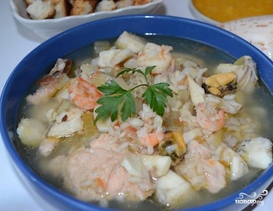 Для соуса в пиалке смешайте рубленный чесночок, две столовые ложки оливкового масла холодного отжима и три сырых куриных желтка. Поперчите и посолите по вкусу. Батон нарежьте на ломтики и подсушите в тостере. На гренки выложите соус и подавайте к столу вместе с супом.