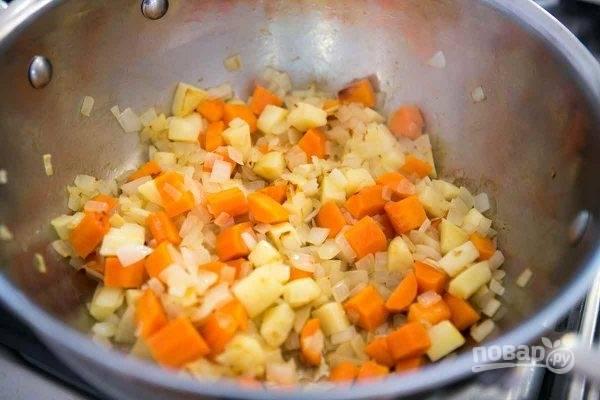 В отдельном сотейнике на масле обжарьте минут 15 измельченный лук и морковь, а также мелко нарезанный картофель.