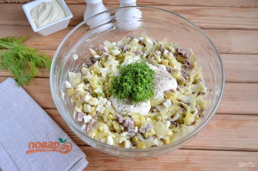 Добавьте майонез, соль, перец черный и рубленую зелень.