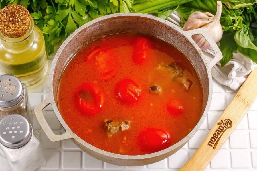 Как только помидоры станут мягкими, но еще будут держать свою форму — выключите нагрев.