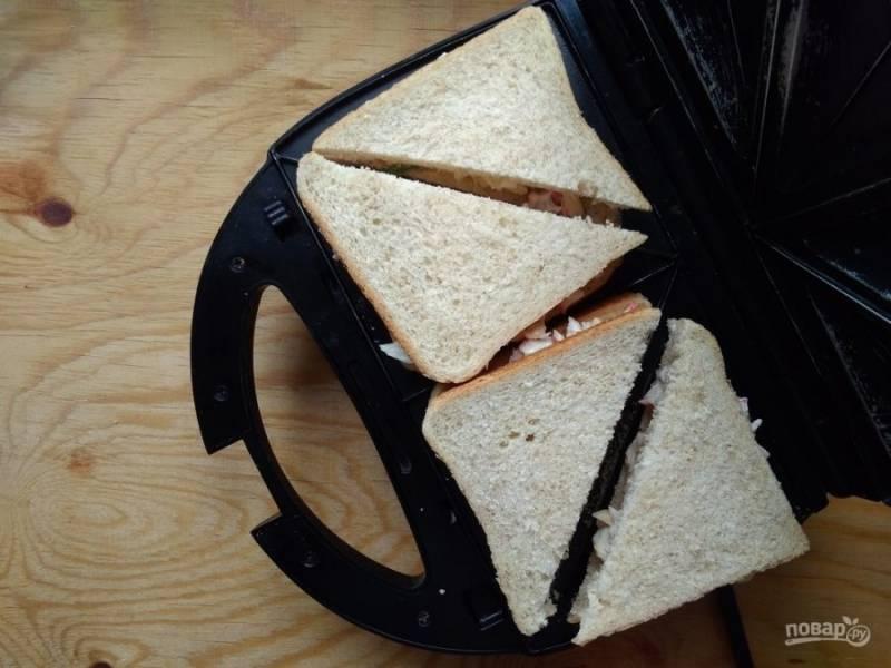 7. Выложите закуску в электрическую сэндвинчицу или поставьте в духовку на противень.
