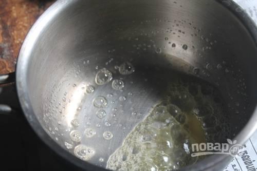 2.В сотейнике или в сковороде растопите сливочное масло.