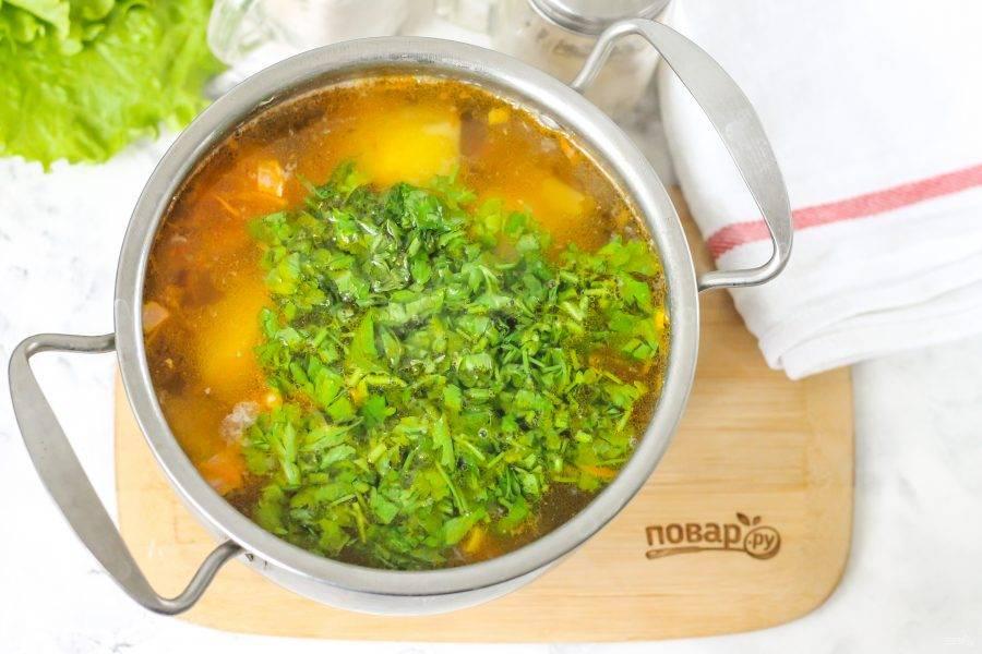 Промойте свежую петрушку или укроп, измельчите и добавьте в емкость. Протомите горячее еще 1-2 минуты и попробуйте на вкус. При необходимости — подкорректируйте его и выключите нагрев.