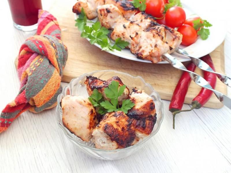 Готовый шашлык подавайте горячим, с овощами и любимыми напитками. Приятного аппетита!