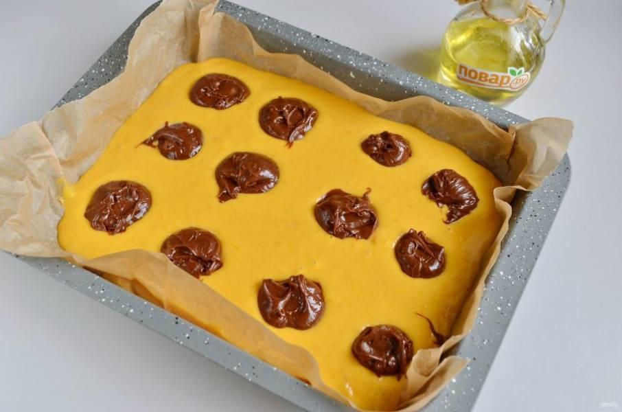 10. И сверху оставшееся шоколадное тесто.