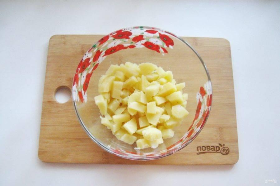 "Картофель сварите в ""мундире"", охладите, очистите и нарежьте мелкими кубиками."
