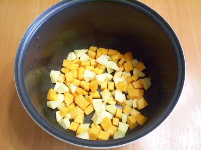 Кастрюлю мультиварки или форму для выпекания смажьте растительным или сливочным маслом. Выложите тыкву и яблоки.