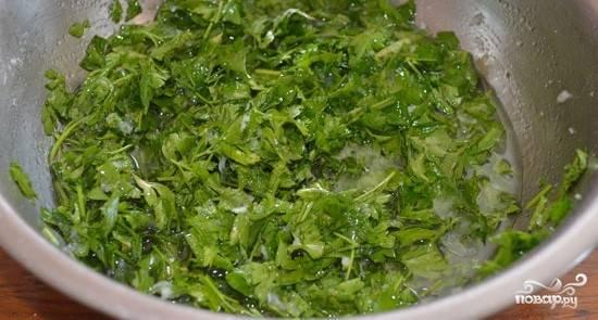 Возьмите миску или любую удобную для вас емкость, в которой будете смешивать ингредиенты для маринада. Выложите туда порубленную петрушку и чеснок, соль, уксус и литр воды. Хорошенько все перемешайте.