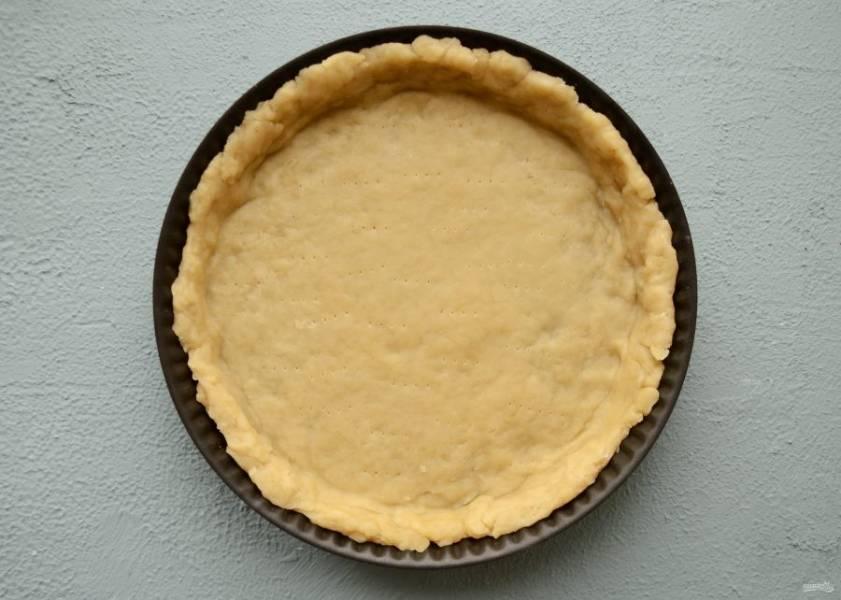 Раскатайте тесто до необходимой толщины. Если готовите открытый пирог, то наколите вилкой дно. Выпекается швейцарское тесто при 180 градусах. Для пирогов и пирожков потребуется 35-40 минут, а для печенья 25-30 минут.