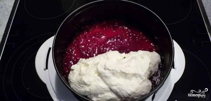 6. Взбейте сливки и аккуратно введите в охлажденную творожную массу. Поучившийся крем выложите поверх слоя с вареньем и осторожно разровняйте лопаткой. Уберите торт в холодильник на ночь.