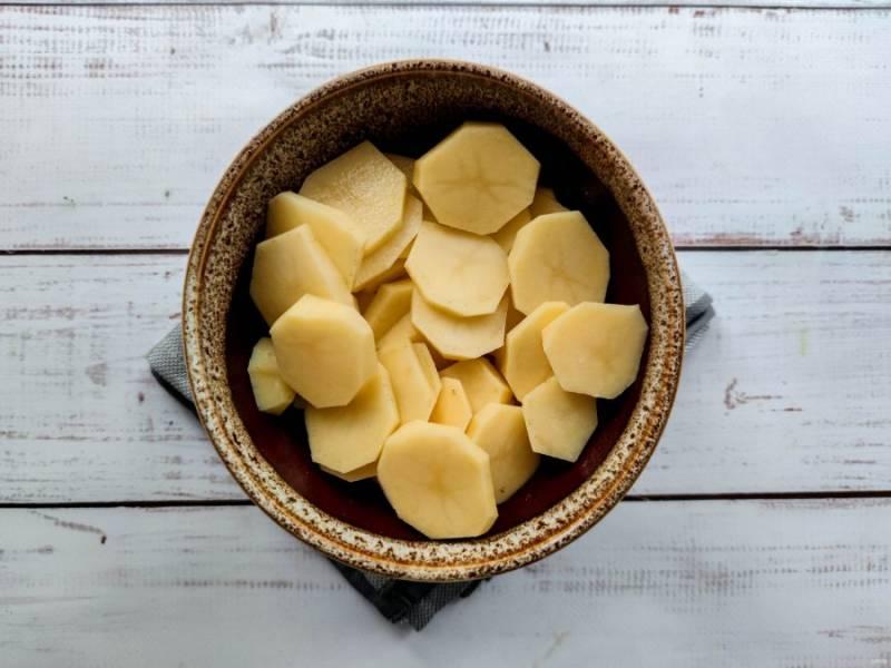 Картофель хорошо помойте под проточной водой, очистите и нарежьте небольшими кружочками.