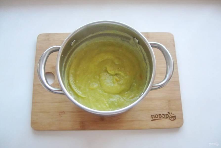 Перемешайте суп со сливками.