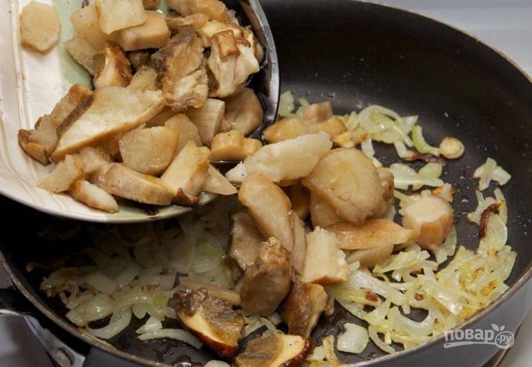 2. Обжарьте лук в сковороде на растительном масле до прозрачности. В ту же сковороду добавьте нарезанные грибы и жарьте их на умеренном огне.