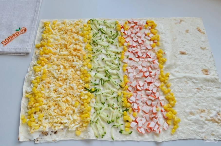 Разложите на столе лаваш. Смажьте его майонезом. Разложите ингредиенты салата, как на фото. Можно изменить порядок на свой вкус.