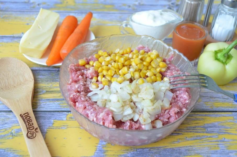 4. Порежьте кубиками луковицу, обжарьте на чайной ложке растительного масла и добавьте к фаршу, положите кукурузу. Перемешайте.