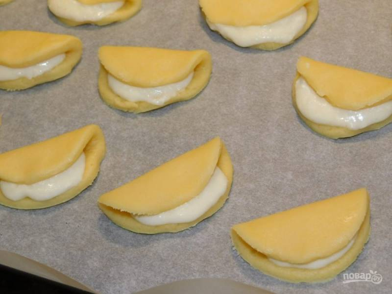 На половинку кружка выложите немного начинки и прикройте второй половинкой. Поставьте печенье в духовку, разогретую до 200 градусов, на 15 минут.