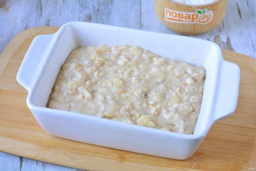 Выложите тесто в форму и отправьте запекаться в духовку при температуре 180 градусов.