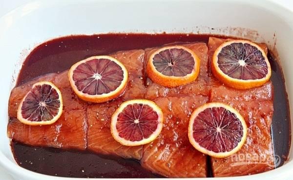 3. Нарежьте апельсин тонкими ломтиками, выложите сверху.