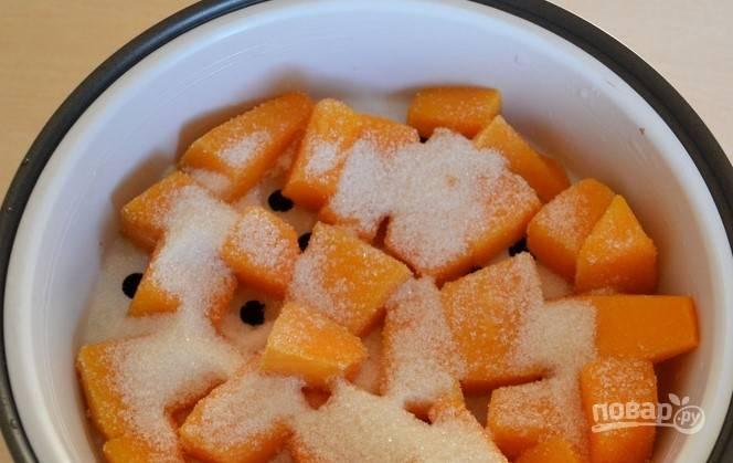 Присыпьте тыкву сахарным песком. Если вы соблюдаете диету, то ограничитесь несколькими ложками. Для сладкоежек количество сахара можно увеличить.