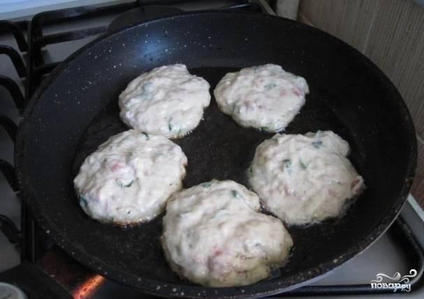 5. Разогрейте на сковороде растительное масло, ложкой выкладывайте тесто.
