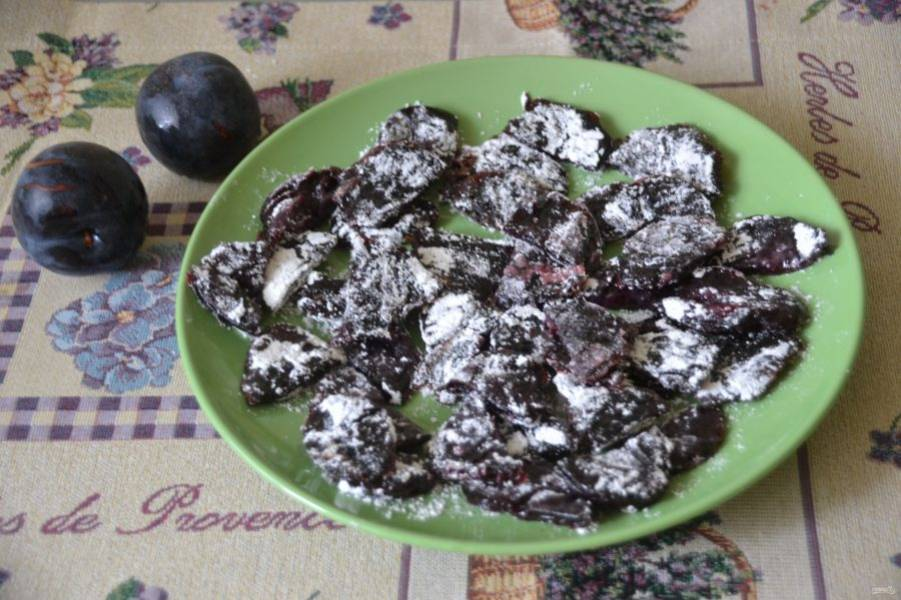 По желанию цукаты можно обвалять в сахарной пудре. Если цукаты получились крупные, их можно порезать пополам.