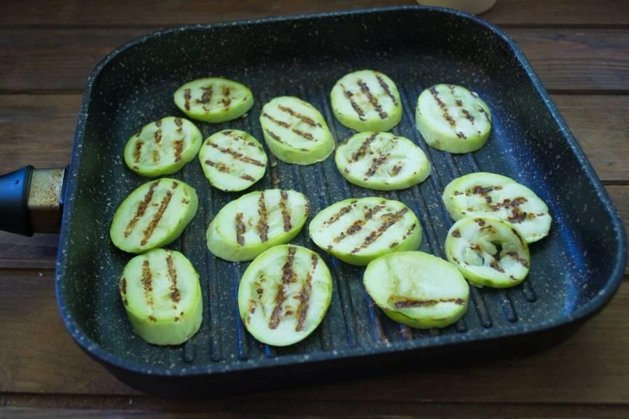 Используя сковороду гриль. обжарьте кабачки с двух сторон до готовности.