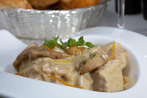 6. На вкус телятина получается непревзойденной, а яичный соус делает ее еще более нежной и сочной. Такое блюдо станет отличной альтернативой привычному гуляшу.