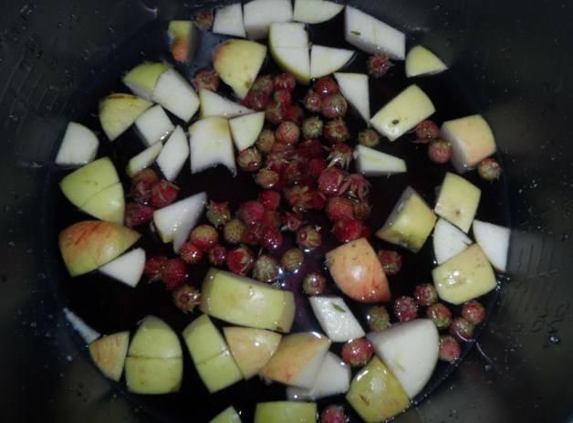 """Затем закиньте ягоды и сахар. Включите режим """"Варка на пару"""" на 10 минут."""