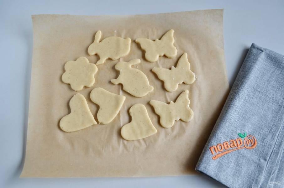 Уберите лишнее тесто с пергамента. Прогрейте духовку до 200 градусов, поставьте печенье выпекаться на 5-7 минут.