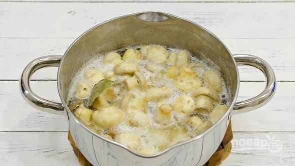 Доведите маринад до кипения. Затем варите шампиньоны в течение 4-х минут на медленном огне. Уберите их остывать.
