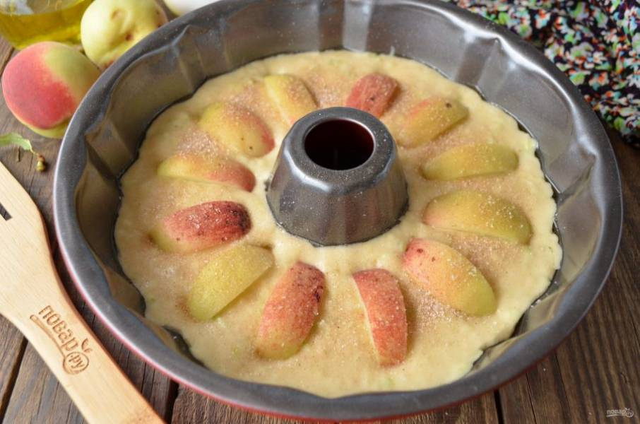 По желанию присыпьте сверху сахаром с корицей кекс. Я люблю это делать, так как после выпечки получается очень вкусная корочка! Отправьте кекс в духовку на 30-35 минут, температура — 180 градусов. Время варьируйте в зависимости от вашей духовки.