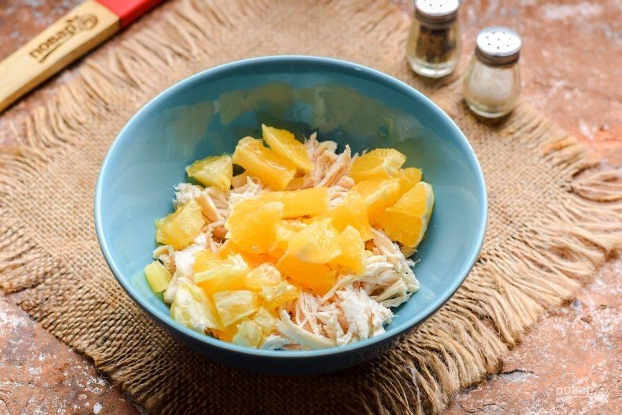 Апельсины нарежьте небольшими кубиками и добавьте в салат.