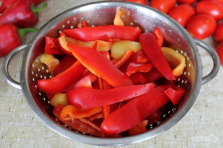Болгарский перец чистим и нарезаем дольками.
