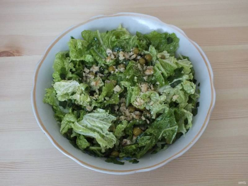 Перемешайте салат и посыпьте толченными грецкими орехами.