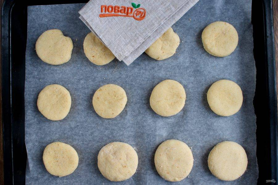 Переложите заготовки на противень с пергаментом для выпечки. Поставьте запекаться в разогретую духовку при 180 градусах на 15 минут.