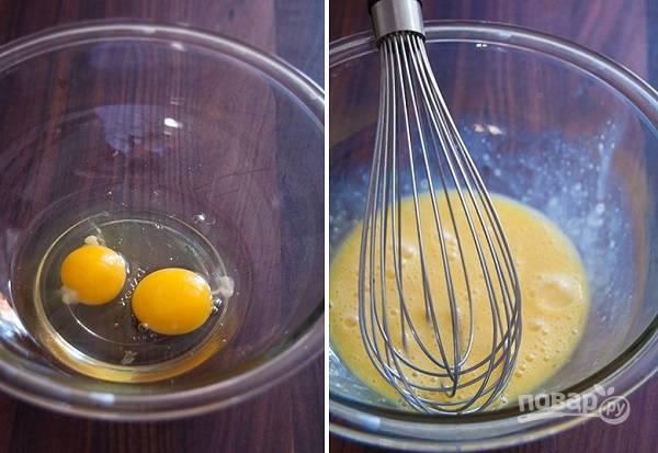 1. В глубокую мисочку вбейте яйца и добавьте для аромата ванильный экстракт. Венчиком или вилкой взбейте немного.