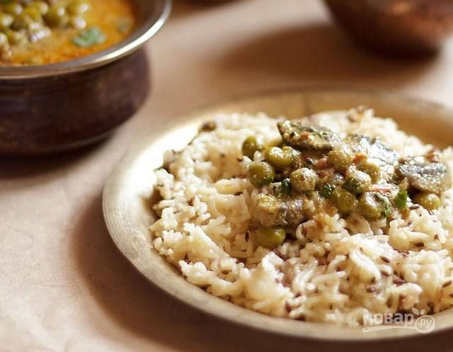 Отваренный рис выложите на тарелку и полейте карри. Подавайте к столу.