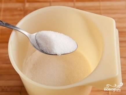 Добавляем сахар обычный и ванильный, еще раз хорошо перемешаем.