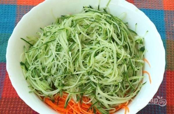 1. Морковь и огурцы вымойте и натрите на терке для моркови по-корейски.