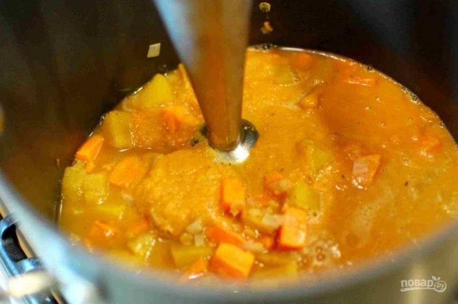 5.Достаньте лавровый лист. Используйте погружной блендер, чтобы сделать суп-пюре.