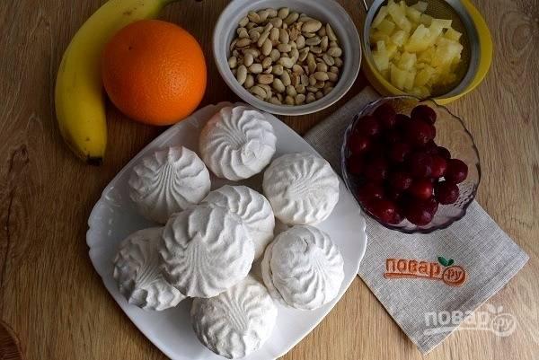 Подготовьте необходимые продукты. Вишню разморозьте и откиньте на сито. Кусочки ананаса откиньте на сито, чтобы стек лишний сок.
