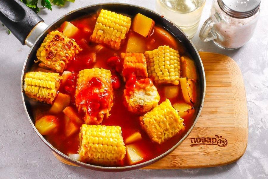 Влейте томатный соус на сковороду и потушите в нем овощи примерно 10-15 минут до готовности. Сразу заливать томатный соус нельзя, так как он увеличивает время приготовления и овощи будут в нем тушиться без предварительной обжарки не менее 50-60 минут!
