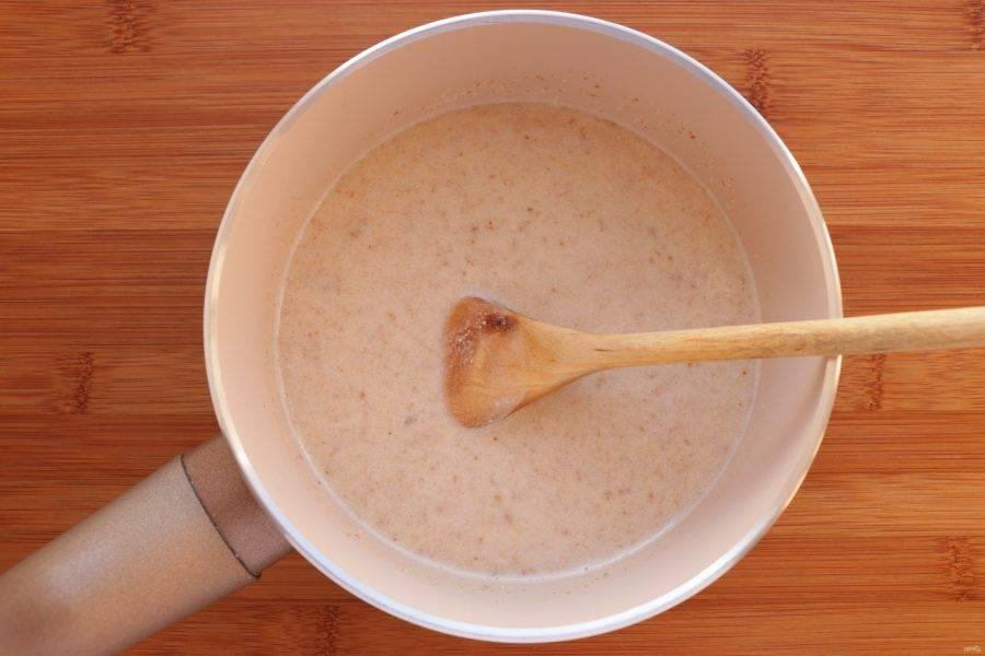 В сотейнике доведите до кипения 250 миллилитров воды и всыпьте орехи. Варите на слабом огне 7 минут.
